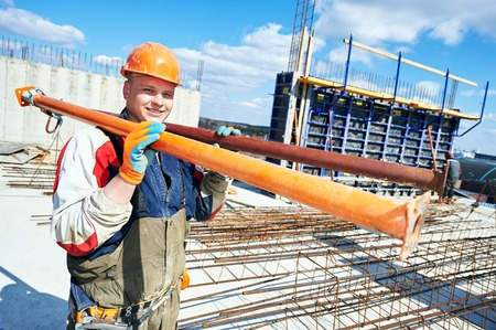 alba�il: trabajador de la construcci�n del constructor en la obra de construcci�n con equipos de marco Foto de archivo