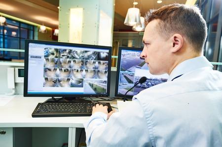 policier: agent de sécurité de garde qui veille système de sécurité de surveillance de surveillance vidéo
