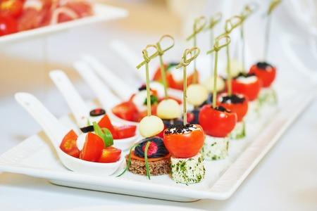 svatba: Stravovací služby. Close-up makro misky s jídlem jídlem v restauraci. mělké DOF