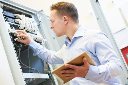 tecnología informatica: La creación de redes de servicios. administrador del ingeniero de la red comprobar el equipo de hardware del servidor de centro de datos Foto de archivo