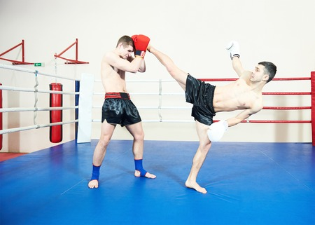 mixed martial arts: kickboxing tailand�s. Muay thai deportista de lucha en el ring de boxeo de formaci�n