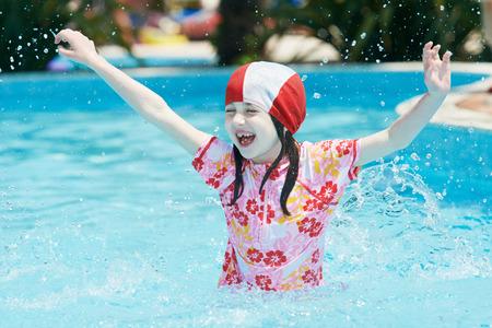 picada: Vacaciones. divertidas niños niña y un niño saltando en la piscina