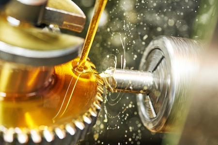 maquinaria: industria metalmecánica. engranaje de dientes de la rueda dentada de mecanizado por la herramienta de corte del molino.