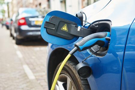 alternatieve eco-energiebrandstof. Close-up van de voeding aangesloten op een elektrische auto tijdens het opladen in Amsterdam