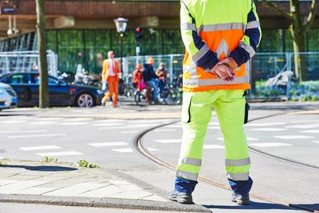 交通: 都市の道路上の順序を見てトラフィック コントロール マネージャー 写真素材