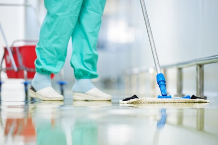 mujer limpiando: Servicios de cuidado de suelos y limpieza con mopa de lavado en f�brica est�ril u hospital limpio Foto de archivo