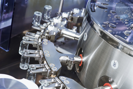 industriales: medicina farmac�utica limpieza lavadora industrial y secadora para los medicamentos en polvo botellas de vidrio Foto de archivo