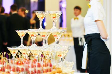 pirámide de champán con camarera en el evento, fiesta o recepción banquete de bodas