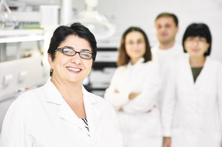 farmacia: Retrato de equipo de investigaci�n cient�fica en el laboratorio farmac�utico f�brica de fabricaci�n de la industria de farmacia
