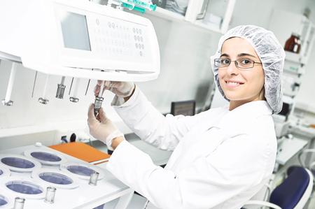 제약 산업 제조 공장 실험실에서 용출 시험기 작업 보호 제복을 입은 제약 과학적 여성 연구원 스톡 콘텐츠