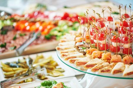 Catering szolgáltatás. Éttermi asztal étellel esemény alatt. Sekély mélységű nézet