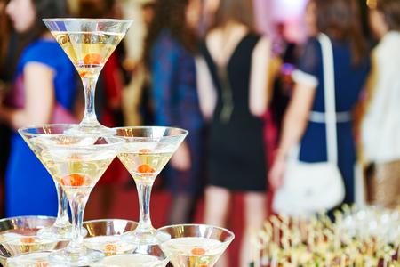 célébration: Champagne pyramide avec serveuse sur l'événement, une fête ou réception banquet de mariage Banque d'images