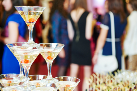 recepcion: pirámide de champán con camarera en el evento, fiesta o recepción banquete de bodas