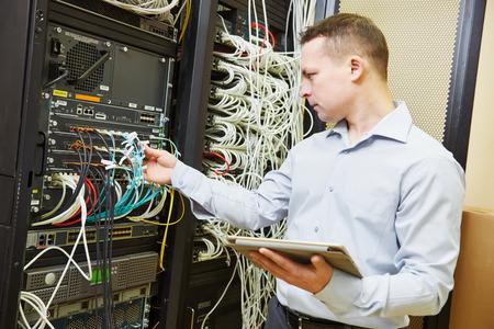 mantenimiento: La creación de redes de servicios. administrador del ingeniero de la red comprobar el equipo de hardware del servidor de centro de datos Foto de archivo