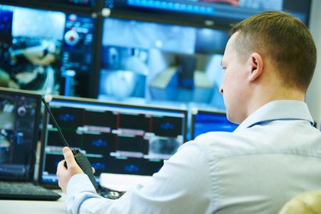 ostraha důstojník sledoval video monitoring bezpečnostní dohled systém
