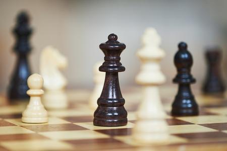 pensamiento estrategico: Niño jugando al ajedrez con su madre en el hogar