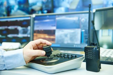 megfigyelő biztonsági systemconcept. biztonsági őr tisztviselő működő videó megfigyelő