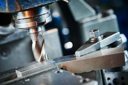 proceso de corte mecanizado de piezas metalúrgicas industrial de detalle en blanco por fresa con plaquita de metal duro metal duro