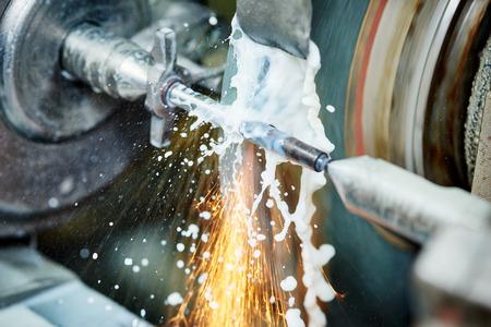 metaalverwerkende verspanende industrie. afwerken of slijpen van metalen oppervlak op grinder machine in de fabriek Stockfoto