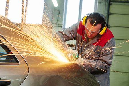 Usługa naprawy kolizji. Warsztat samochodowy mechanik szlifowania karoserii przez młynek Zdjęcie Seryjne