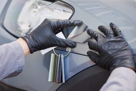 自動カラー マッチングします。これ男自動車で車の選択カラー修復し、塗料のサンプル サービス ステーションを更新 写真素材