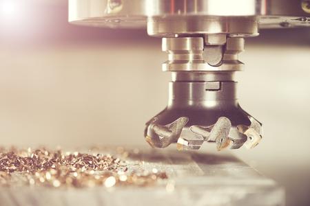 herramientas de mecánica: proceso industrial metalúrgico de mecanización de corte de detalle en blanco por fresado con inserto de carburo de metal duro en la máquina de CNC moderna.