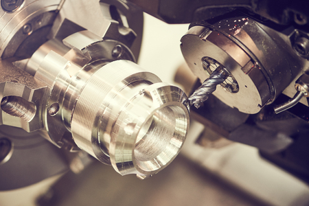 Metaalbewerking machinale snijproces van lege detail door frees met hardmetaal carbide insert op de moderne cnc machine. afgezwakt Stockfoto - 56626851