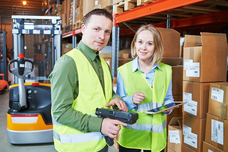 無線バーコード スキャナーと倉庫で倉庫労働者は男性と女性。倉庫管理システム