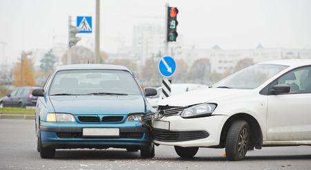 都市の衝突の後の通り、破損した車の自動車事故