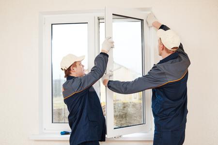 Bauarbeiter glaziers Installation Glasfenster Innen
