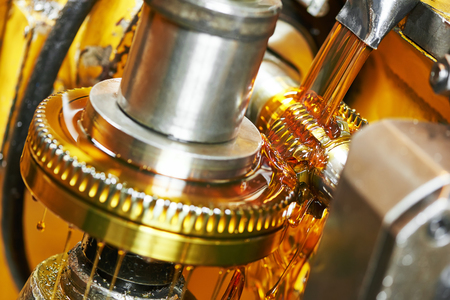 Metaalverwerkende industrie. tandwiel tandrad verspanen door kookplaat mes molen hulpmiddel Stockfoto - 56629365