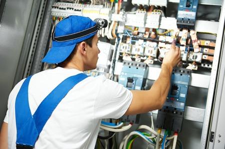 elektricien maatregel hoogspanning elektrische tester meter in zekeringenkast