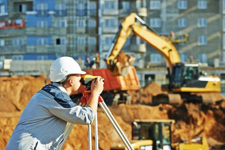 teodolito: El top�grafo trabaja con equipos de tr�nsito teodolito en el sitio de construcci�n Foto de archivo