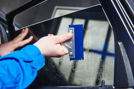 autó színezés. Gépjármű szerelő technikus alkalmazása fólia ablak autowerkstatt műhely Stock fotó