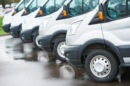 servicios de transporte de mercancías. furgonetas de reparto comercial en fila en el estacionamiento de la compañía transportista que lleve servicio de envío