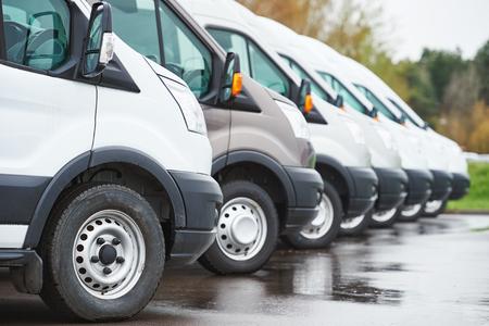 servicios de transporte de mercancías. furgonetas de reparto comercial en fila en el estacionamiento de la compañía transportista que lleve servicio de envío Foto de archivo