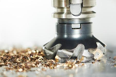 ipari fémmegmunkáló megmunkálási vágási folyamat üres részletesen marószerszám keményfém keményfém betét modern CNC gép. Stock fotó