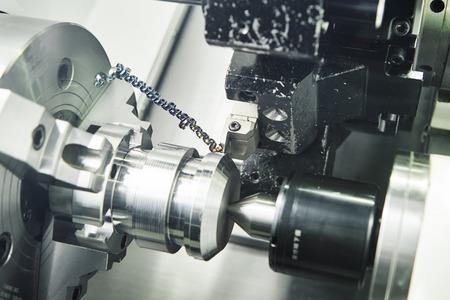 settore metallurgico. Multi utensile da taglio cnc tecnologia delle macchine pefroming tornitura funzionamento del dettaglio in metallo sul tornio in fabbrica