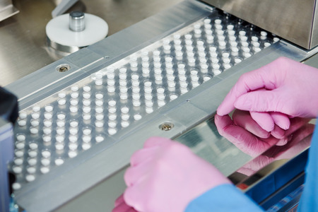 la producción farmacéutica píldora tableta de medicina en la fabricación de la industria farmacéutica. Transporte línea sistema de transporte Foto de archivo