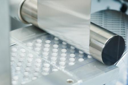 Pharma-Medizin Tablette Pille Produktion bei Pharmaindustrie Herstellung. Blasenfördersystem Leitung