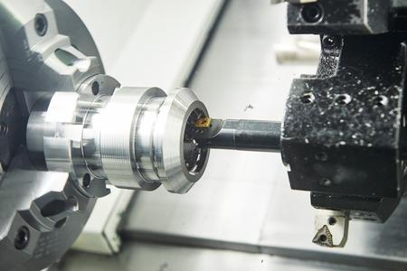 金工業。マルチ切断ツール cnc マシン pefroming 技術ぐりと工場で旋盤で金属の詳細を掘削します。トーン 写真素材