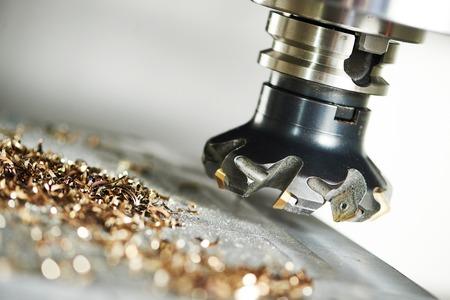 proceso industrial metalúrgico de mecanización de corte de detalle en blanco por fresado con inserto de carburo de metal duro en la máquina de CNC moderna.