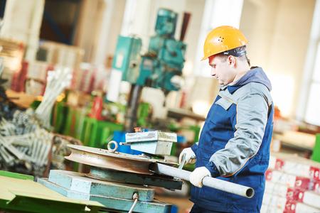금속 파이프 벤딩 및 공장에서 펀치 기계 노동자 작업자