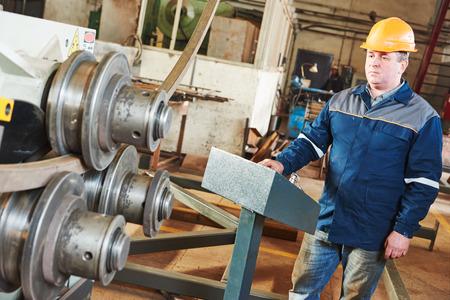 굽힘 및 공장에서 기계를 펀칭 금속 파이프의 산업 노동자 연산자