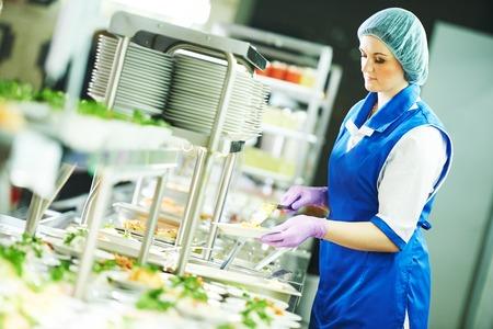 svédasztalos női munkavállaló előkészítése és szervizelése élelmiszer cafeteria Stock fotó