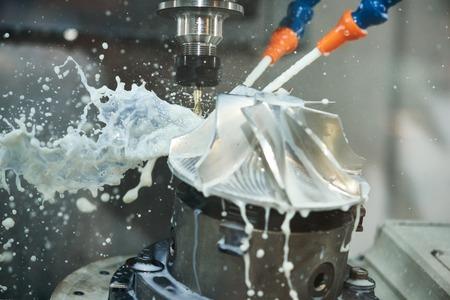 Fresado proceso metalúrgico. La precisión de mecanizado CNC industrial de detalle del metal por el corte del molino en la fábrica Foto de archivo