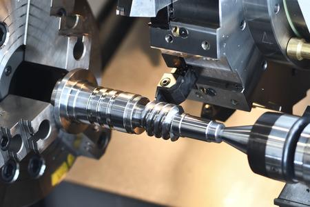 industria metalúrgica. herramienta de corte haciendo eje helicoidal de metal en el centro de mecanizado Foto de archivo