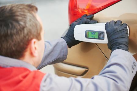 正確な自動カラー マッチング。これ男自動車で車の選択カラー修復し、塗料スキャナー機器サービス ステーションを更新