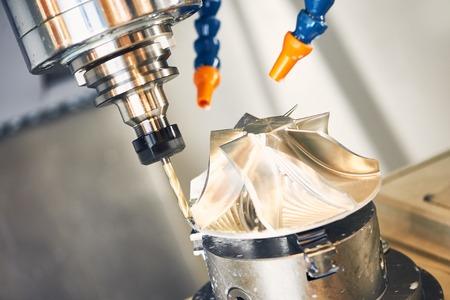 Fräsen Schneiden Metall-Prozess. Präzisions industrielle CNC-Bearbeitung von Metall Detail durch Mühle an der Fabrik