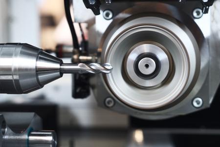 Metaalbewerking. Industriële CNC verspanen en slijpen van freesgereedschap door diamant slijpschijf slijpen in de fabriek Stockfoto - 64914442